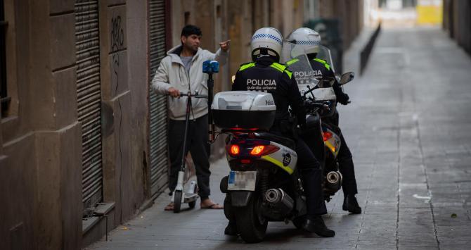 europapress-2733138-control-guardia-urbana-barcelona-primer-dia-laborable-segunda-semana_10_670x355